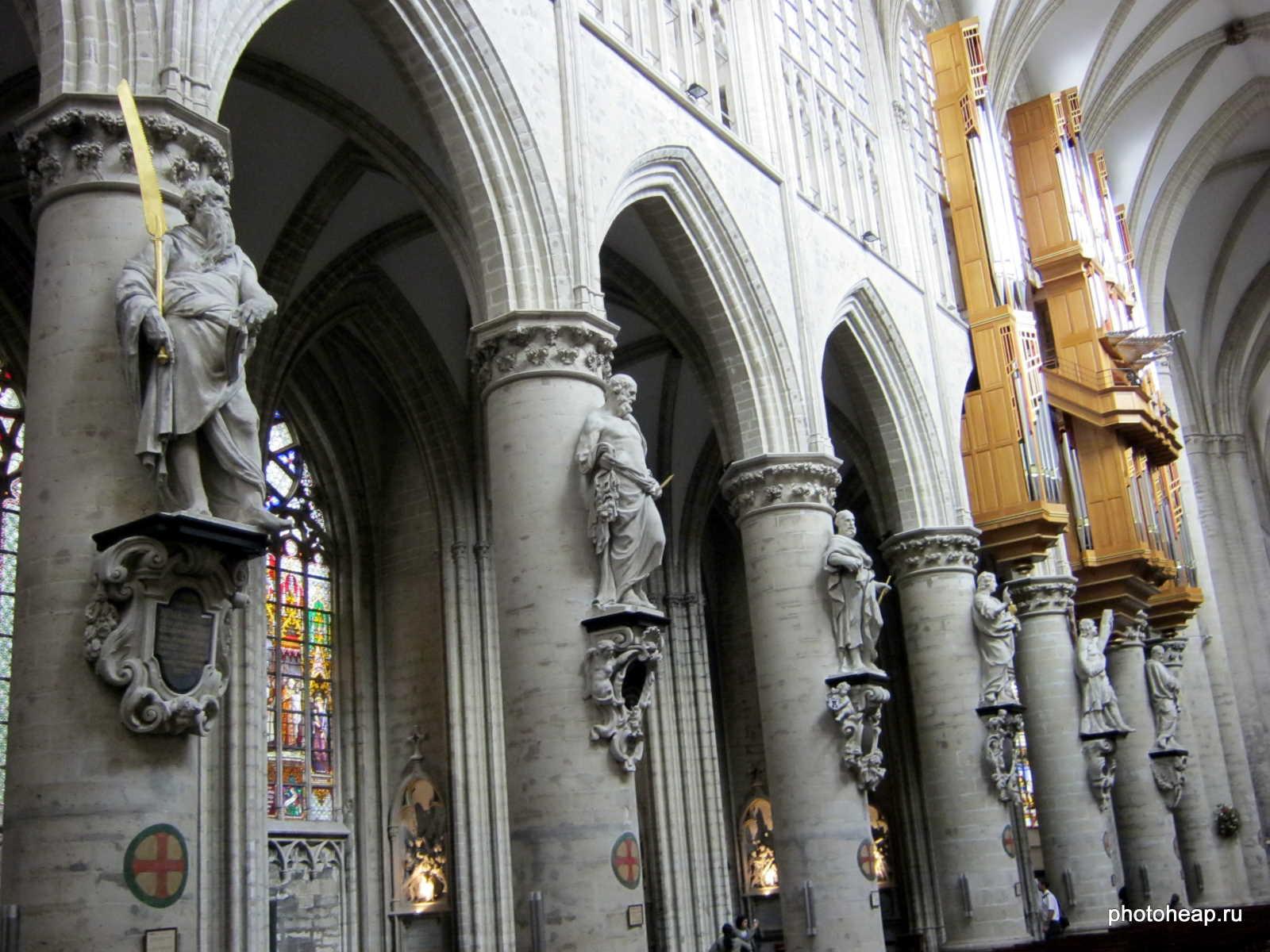 Brussels - church statues